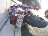 违法惹大祸!摩托车中环高架撞护栏,骑手飞下20米高架桥坠亡