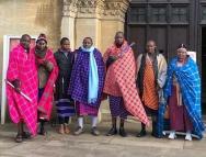 东非马赛人首领在英国参观博物馆,以期促进藏品去殖民化